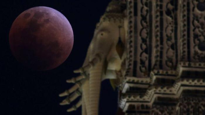 ব্যাংককের এক মন্দিরের আড়ালে সুপার ব্লু মুন ছবি: বিবিসি