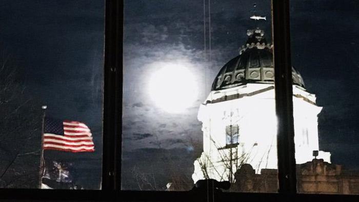পূর্ণ চন্দ্রগ্রহণের সময় যুক্তরাষ্ট্রের ইন্ডিয়ানা অঙ্গরাজ্যে `সুপার ব্লু মুন` দেখা যাচ্ছে ছবি: বিবিসি