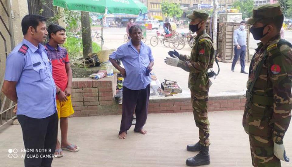 করোনা ভাইরাস প্রতিরোধে পঞ্চগড়ে মঙ্গলবার (২২ সেপ্টেম্বর) বাংলাদেশ সেনাবাহিনীর জনসচেতনতামূলক কার্যক্রম। ছবি: আইএসপিআর