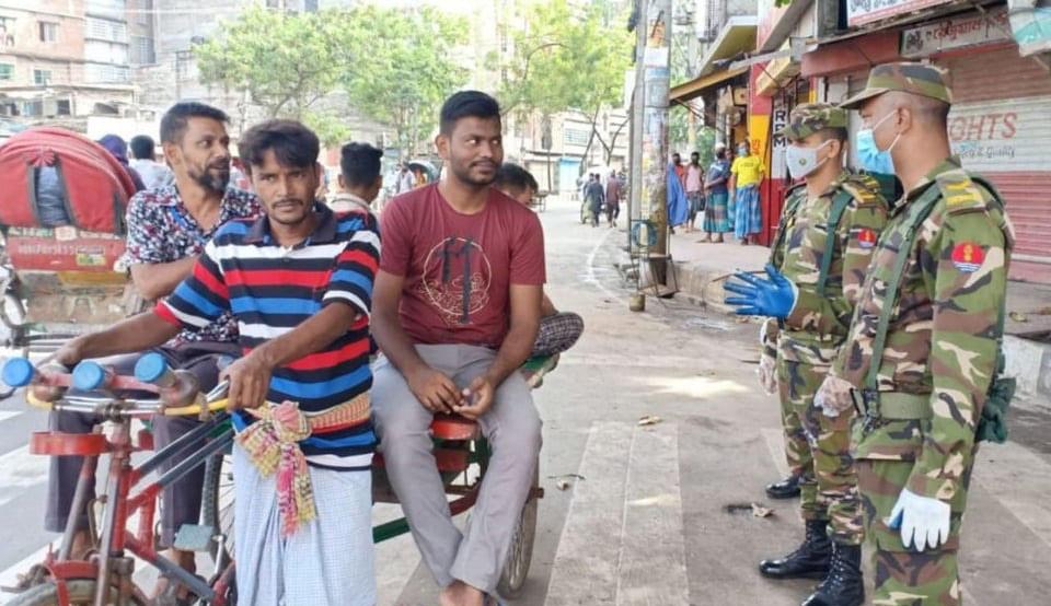 করোনা ভাইরাস প্রতিরোধে পুরানো ঢাকায় মঙ্গলবার (২২ সেপ্টেম্বর) বাংলাদেশ সেনাবাহিনীর জনসচেতনতামূলক কার্যক্রম। ছবি: আইএসপিআর
