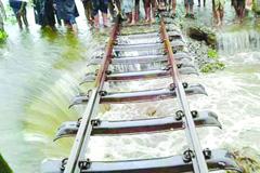 দিনাজপুরে বন্যায় আরও ৪ জনের মৃত্যু, রেল যোগাযোগ বন্ধ
