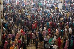 কমলাপুরে টিকেট প্রত্যাশীদের উপচেপড়া ভিড়