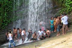 ঘুরে আসুন রি-ছাং ঝর্ণা
