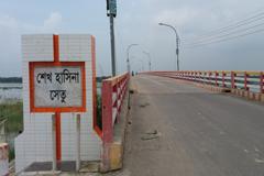 উন্নয়ন প্রকল্পে বদলে যাচ্ছে চাঁপাইনবাবগঞ্জের রূপ