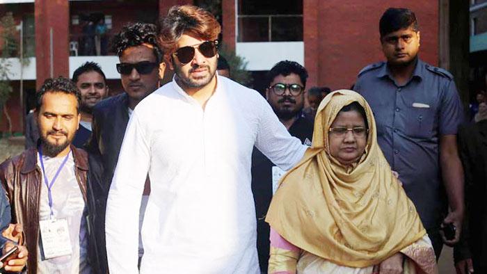 মা'কে নিয়ে ভোট দিলেন শাকিব খান