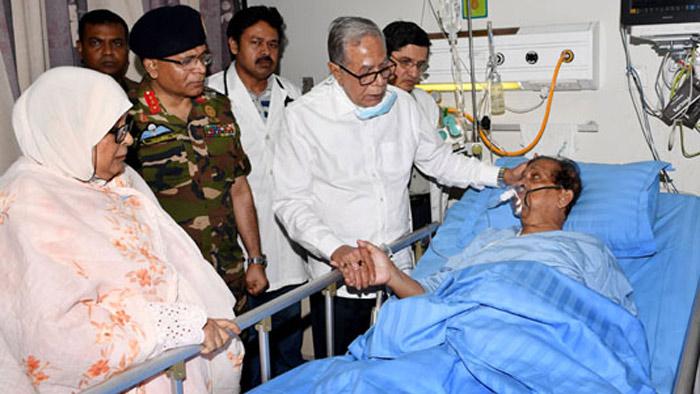 অসুস্থ সাংবাদিক গোলাম সারওয়ারকে দেখতে হাসপাতালে রাষ্ট্রপতি