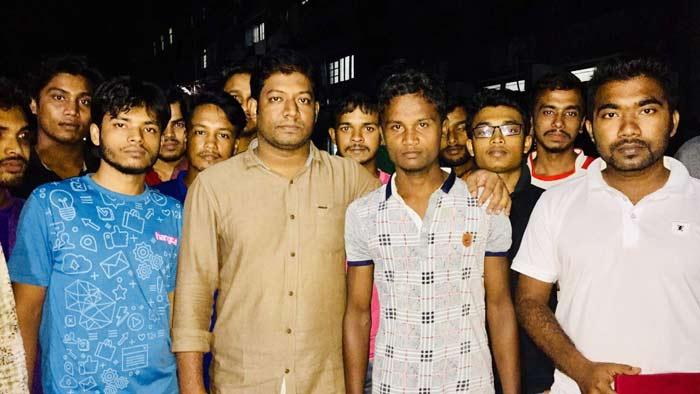 অস্বচ্ছল শিক্ষার্থীর পাশে দাঁড়ালেন রাবি ছাত্রলীগ