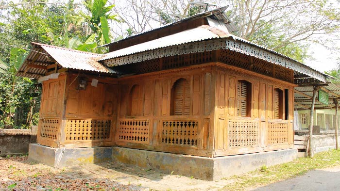 জ্বীর্ণদশায় শত বছরের পুরনো কাঠের মসজিদ