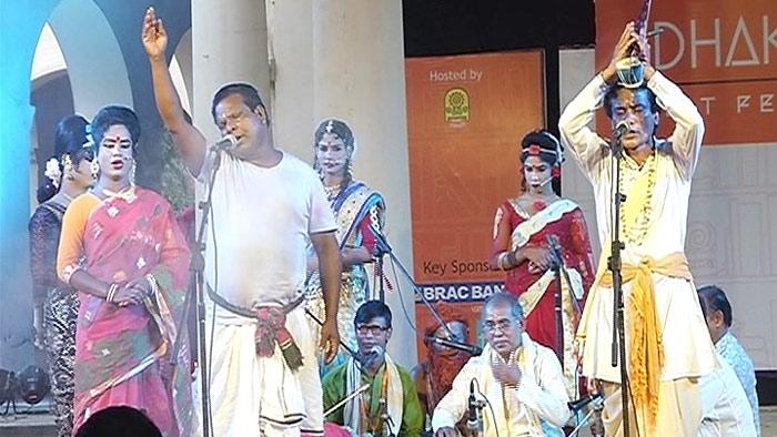 লিট ফেস্টে পদচারণায় মুখর বাংলা একাডেমী প্রাঙ্গণ