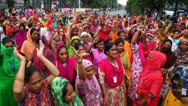 তেজগাঁওয়ে রাস্তা অবরোধ করে পোশাক শ্রমিকদের বিক্ষোভ