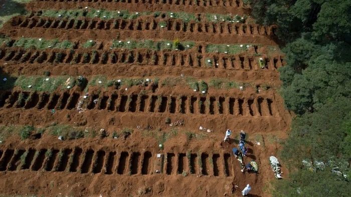 ব্রাজিলের রাজধানী সাও পাওলোর একটি সমাধিস্থলে গণকবর খুড়ছেন শ্রমিকরা- ফিনানশিয়াল টাইমস