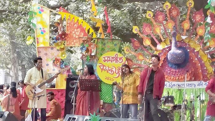 ঢাকা বিশ্ববিদ্যালয়ের বকুলতলায় বসন্তবরণ- একুশে টেলিভিশন