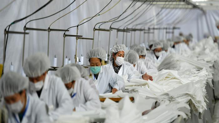 চীনের একটি কারখানায় করোনা চিকিৎসায় ব্যবহৃত সামগ্রী প্রস্তুত করা হচ্ছে। ছবি: সংগৃহীত