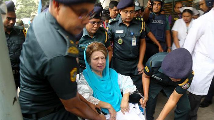 অসুস্থ খালেজা জিয়াকে হাসপাতালে নেওয়া- সংগৃহীত