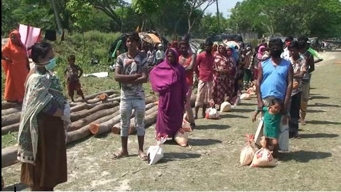 বেদে পল্লীতে খাদ্যসামগ্রী বিতরণ শেষে করোনা সংক্রমণ মোকাবেলায় দিক নির্দেশনা দেন ইউএনও রুম্পা সিকদার
