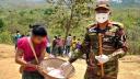 পাহাড়ি নৃ-গোষ্ঠী পরিবারে ত্রাণ পৌঁছে দিলো সেনাবাহিনী