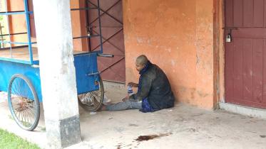 হিলিতে কলেজের বারান্দায় অজ্ঞাত অসুস্থ নারী