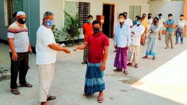 সিরাজগঞ্জে ৫৩০ তাঁত শ্রমিক পরিবারের দায়িত্ব নিল লাভলু