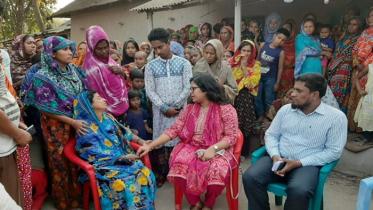 কলেজ গেট ভেঙ্গে নিহতের পরিবারকে আর্থিক সহায়তা