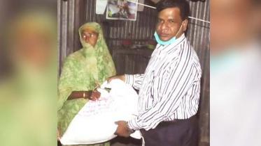 নাটোরে কর্মহীনদের ঘরে খাদ্যসামগ্রী দিচ্ছেন জেলা প্রশাসক