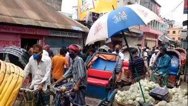 রাজবাড়ীতে লকডাউনের মধ্যে বাজারে মানুষের ঢল