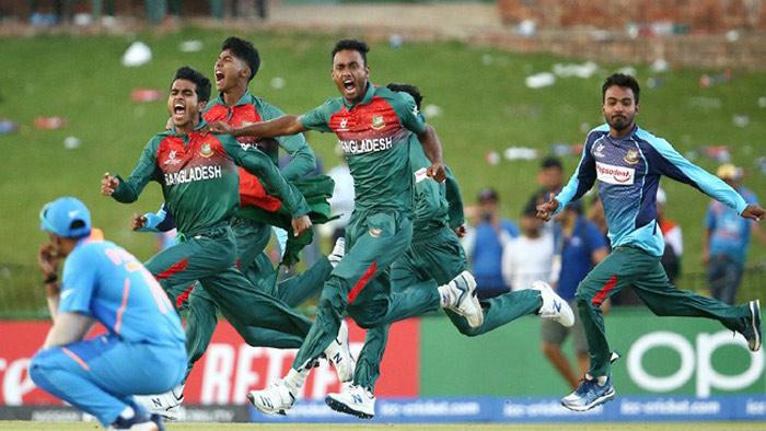 বিশ্বকাপ জয় নিশ্চিত হতেই মাঠে বাঁধভাঙা উল্লাসে মেতে ওঠেন বাংলাদেশি ক্রিকেটাররা
