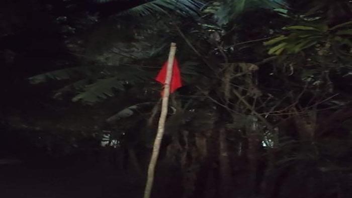 বাঞ্ছারামপুরে সরকারি কর্মকর্তার বাড়িতে লাল পতাকা