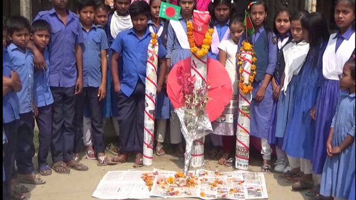 ৩০ টাকার শহীদ মিনারে শিক্ষার্থীদের শ্রদ্ধা নিবেদন