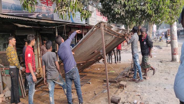 চাঁপাইনবাবগঞ্জে অবৈধ স্থাপনা উচ্ছেদ অভিযান
