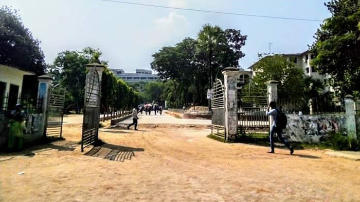 কুমিল্লা বিশ্ববিদ্যালয়ের প্রধান গেট