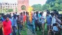 জাবি উপাচার্যের কুশপুত্তলিকা দাহ করলো বিক্ষুব্ধ ছাত্ররা