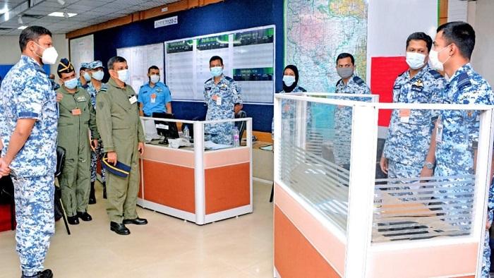 বিমান বাহিনী প্রধান এয়ার চীফ মার্শাল মাসিহুজ্জামান সেরনিয়াবাত'র অপারেশন সেন্টার পরিদর্শন