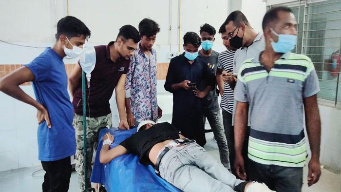 হাসপাতালের জরুরি বিভাগে আহত স্কুলছাত্র ইমনরহমান