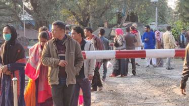 নতুন বছর উদযাপনে হিলি সীমান্তে দর্শনার্থীদের ভিড়