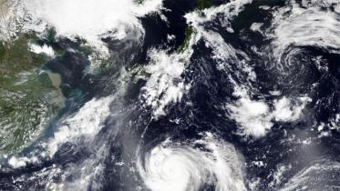 জাপানের দক্ষিণ-পশ্চিমে ধেয়ে আসছে শক্তিশালী ঘূর্ণিঝড়