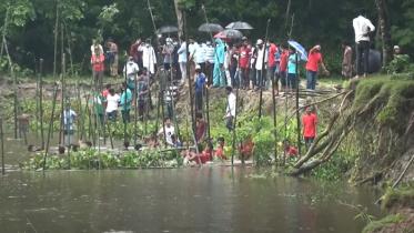 ফেনীতে নদী ভাঙ্গন রোধে সেচ্ছায় বাঁধ নির্মাণ