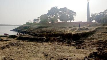 নদীর তীর কেটে ইট তৈরী: হুমকির মুখে কয়েকটি গ্রাম