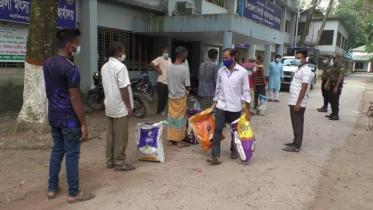 হিলিতে জুতা ও ছাতা কারিগরদের মাঝে খাদ্য সহায়তা প্রদান
