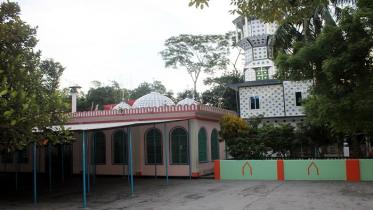 নবাবগঞ্জে ৪০০ বছরের ঐতিহ্য ভাঙ্গা মসজিদে সর্বোচ্চ মিনার