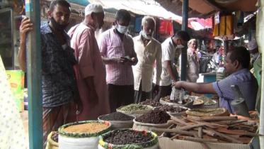 হিলিতে জমজমাট মসলার বাজার: দাম কমায় খুশি ক্রেতারা