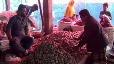 হিলিতে পেঁয়াজের দাম বেড়েছে কেজিতে ১০ টাকা