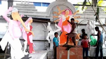 ঠাকুরগাঁওয়ে দুর্গাপূজা শেষ মুহূর্তে চলছে রংতুলির কাজ