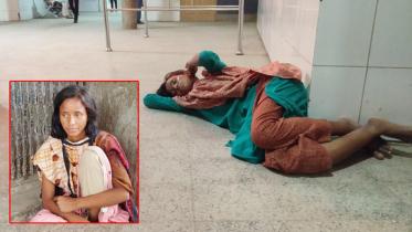 অর্ধমাস ধরে হাসপাতালের মেঝেতে ভারসাম্যহীন এক নারী