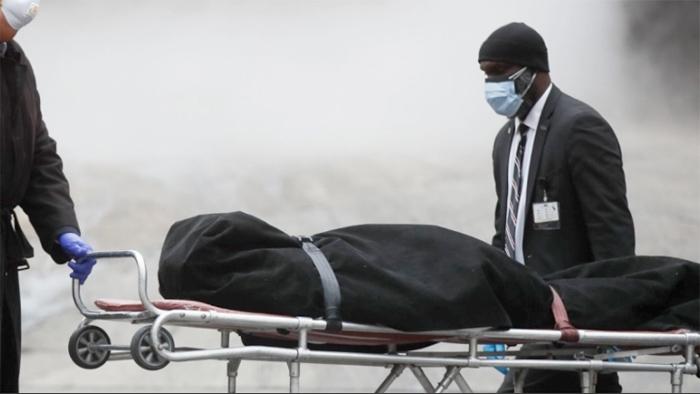 নিউ ইয়র্কের ব্রকলিন হাসপাতালে করোনা সন্দেহে একটি মৃতদেহ নিয়ে যাওয়া হচ্ছে- এপি