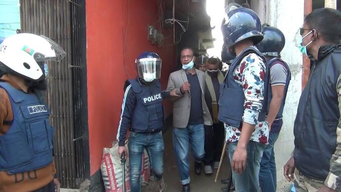 জেলা বিএনপি'র আহ্বায়ক অধ্যক্ষ শামছুল হককে আটক করে নিয়ে আসছে পুলিশ।