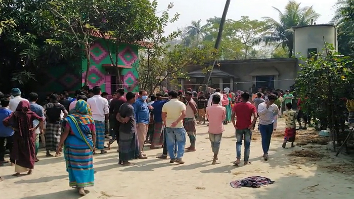 ঘটনাস্থল- সাদেকপুর গ্রামের ওয়ালি বেপারী বাড়ি।